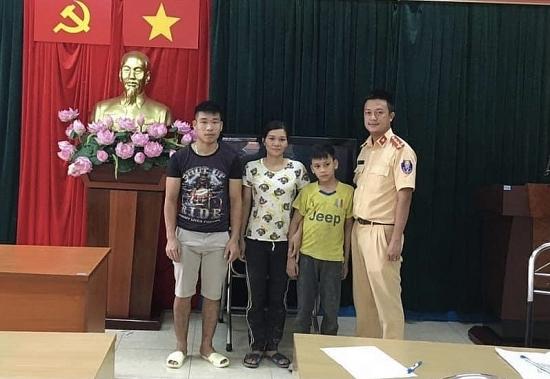 Hà Nội: Cảnh sát giao thông giúp cháu bé đi lạc tìm được người thân
