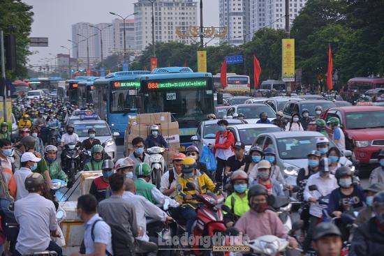 Người dân ùn ùn đổ về quê, bến xe tăng cường công tác phòng dịch