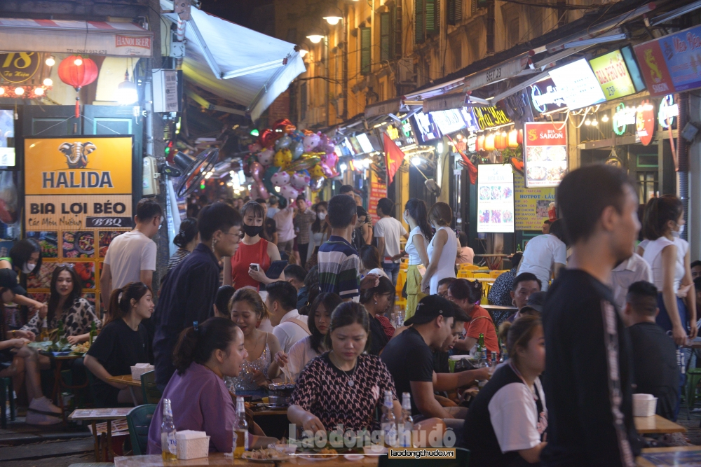 Phố Tạ Hiện vẫn đông đúc người ăn nhậu bất chấp cảnh báo dịch Covid-19