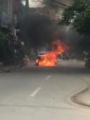 Xe ô tô bốc cháy, tài xế đạp cửa thoát thân