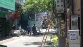 Sập giàn giáo lắp kính khiến hai người bị thương
