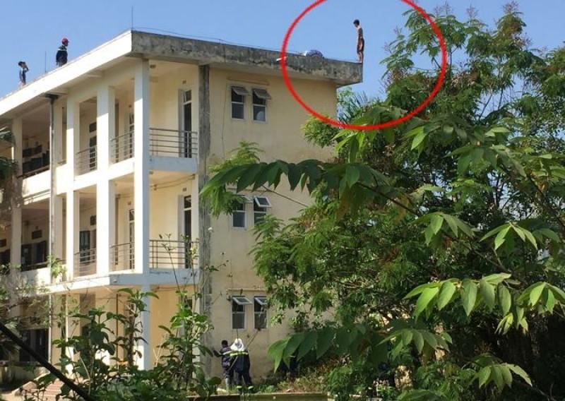 Cảnh sát phòng cháy khống chế đối tượng đỏi nhảy lầu