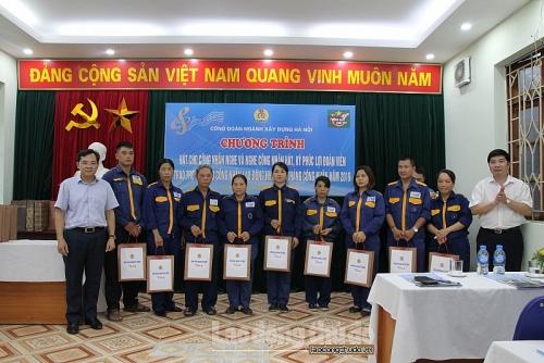 Công đoàn ngành Xây dựng Hà Nội trao quà hỗ trợ công nhân