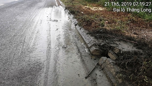 Thêm một địa điểm đổ trộm phân bùn trên Đại lộ Thăng Long