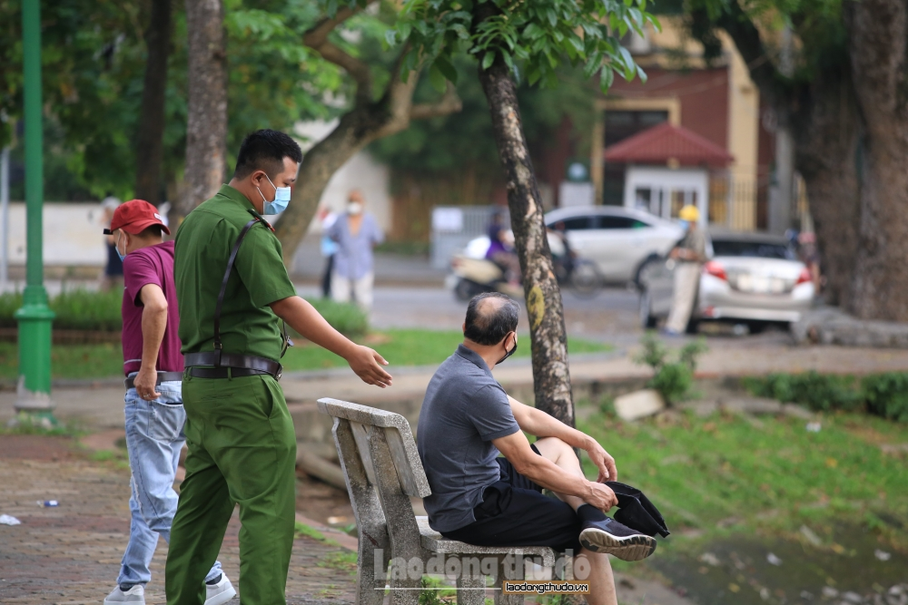 Hà Nội: Người dân ùn ùn tập thể dục bất chấp cảnh báo giãn cách phòng dịch