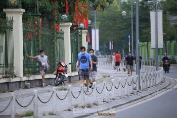 Người dân cố tình trèo rào vào công viên tập thể dục