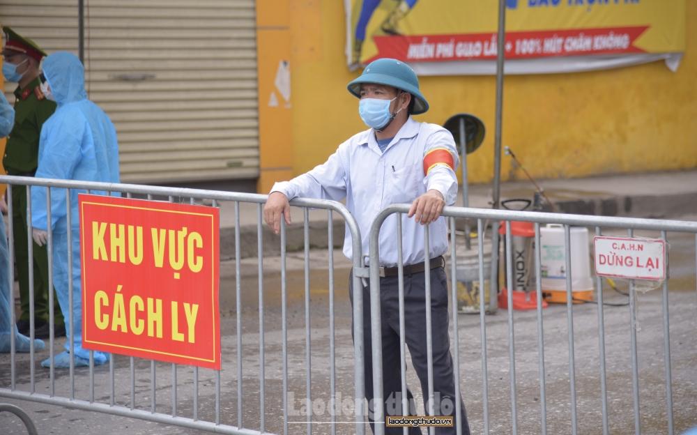 Cận cảnh phong tỏa và phun khử khuẩn tại 3 thôn thuộc xã Tô Hiệu, huyện Thường Tín