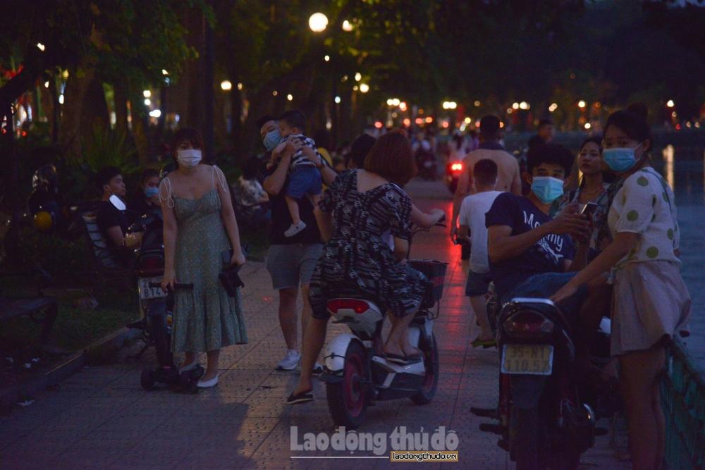 Nhiều người dân phớt lờ cảnh báo, tụ tập đông người nơi công cộng