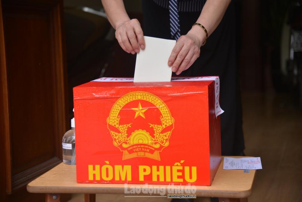 Diễn tập bỏ phiếu tại nhà với cử tri bị cách ly