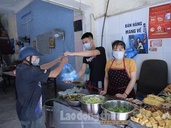 """Hà Nội: Người dân tranh thủ đi cắt tóc, hàng loạt hàng quán dán thông báo """"chỉ ship mang về"""""""
