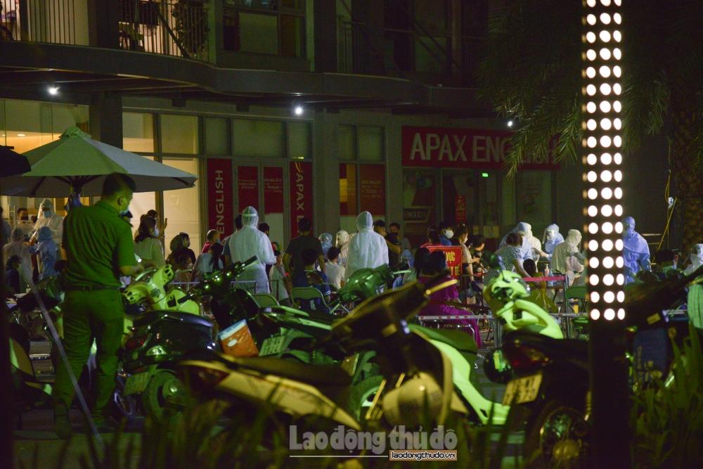 Hà Nội: Xuyên đêm lấy mẫu xét nghiệm Covid-19 cho cư dân Park 11, Times City