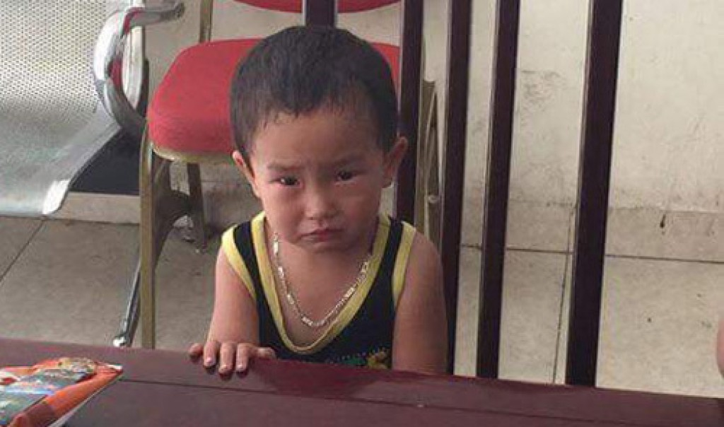 Bé trai 2 tuổi bị bỏ rơi ở quán ăn cùng lời nhắn