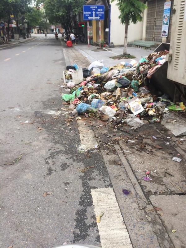 Gần 1 tuần, Thị xã Sơn Tây ngập trong rác