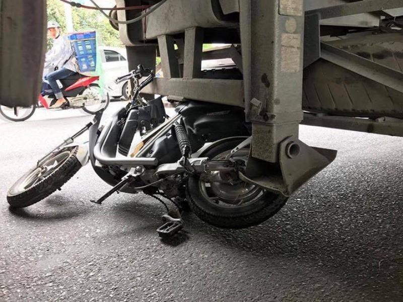 Cô gái trẻ bị xe bồn cuốn vào gầm trên Đại lộ Thăng Long
