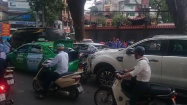 Xe 'điên' đâm hàng loạt ô tô, xe máy trên phố Bà Triệu