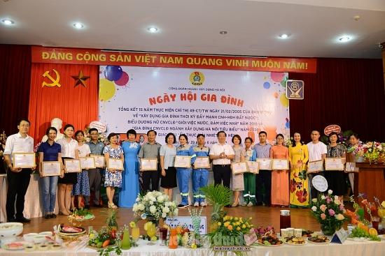 Tôn vinh 100 gia đình công nhân viên chức lao động tiêu biểu ngành Xây dựng Hà Nội