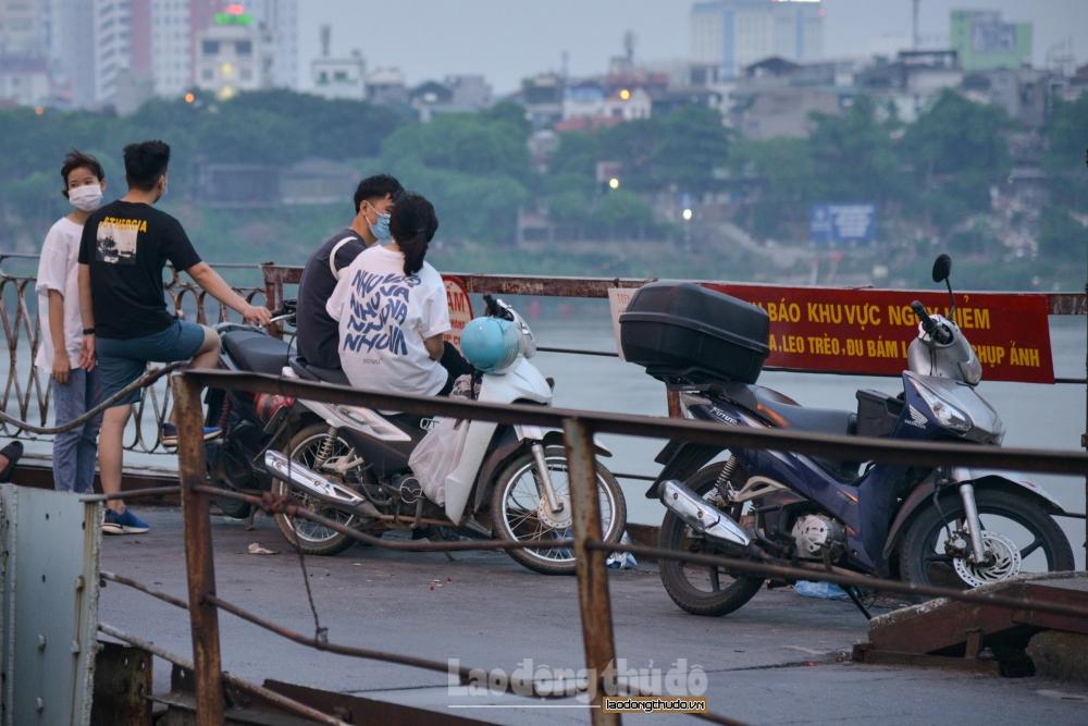 Hà Nội: Bất chấp lệnh cấm, cầu Long Biên vẫn thành nơi tụ tập, hóng mát
