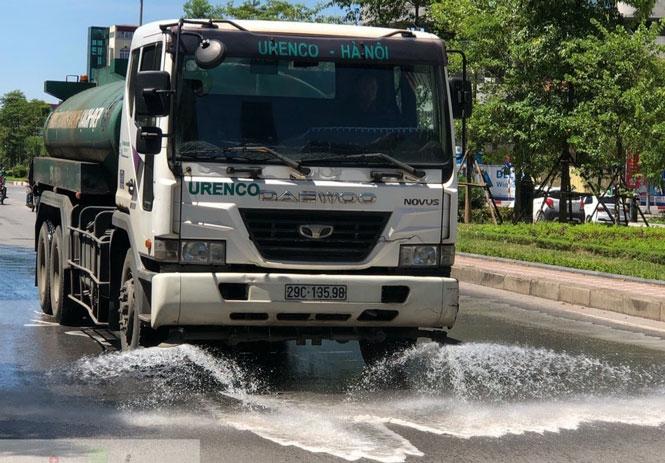 Hà Nội tăng cường phun nước, rửa đường