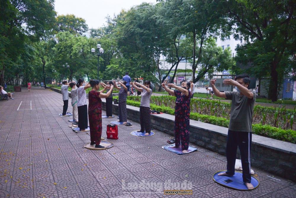 Người dân Thủ đô dậy sớm tập thể dục sau nhiều ngày giãn cách