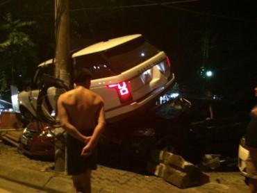 Siêu xe đâm sập bốt bảo vệ, trèo lên nóc ô tô khác