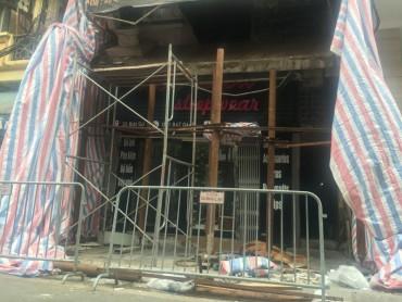 Hà Nội: Lan can nhà 3 tầng bất ngờ đổ sập trong đêm