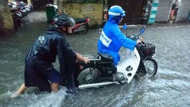 Mưa lớn, nhiều tuyến đường Hà Nội ngập sâu