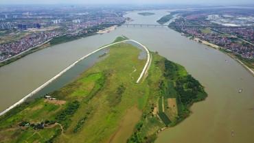 Mực nước sông Hồng tại Hà Nội áp sát báo động 1