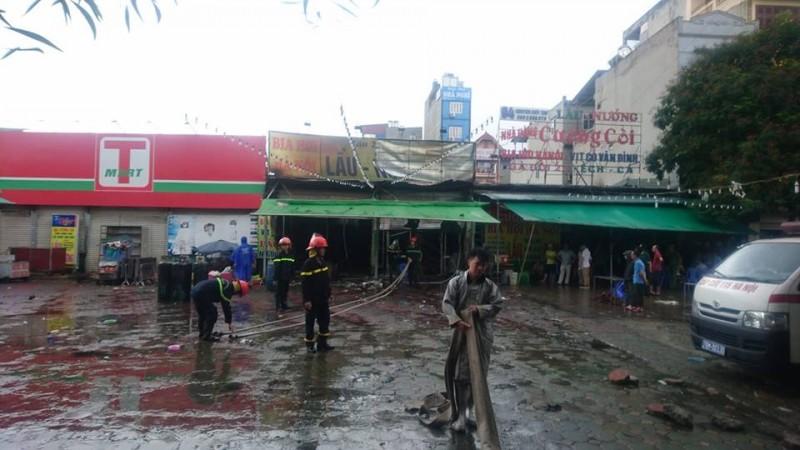 Quán nhậu cạnh hồ Linh Đàm cháy lớn trong mưa, một người tử vong