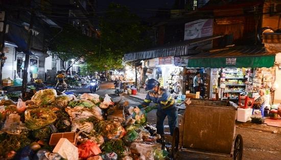 Hà Nội: Công nhân xuyên đêm dọn rác tồn đọng