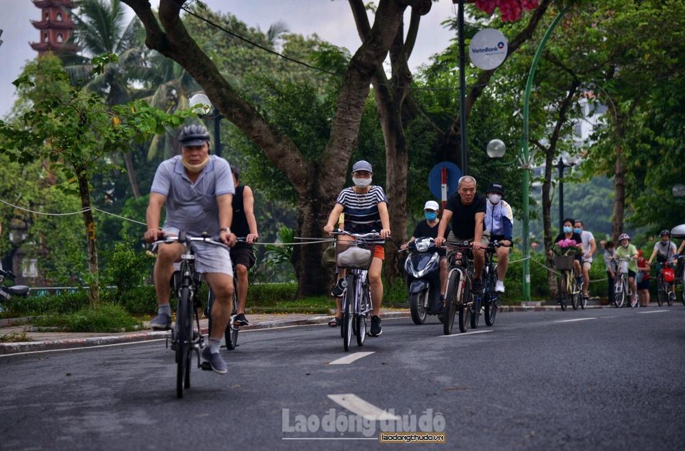 Rộ trào lưu đạp xe đạp ngắm cảnh hồ Tây