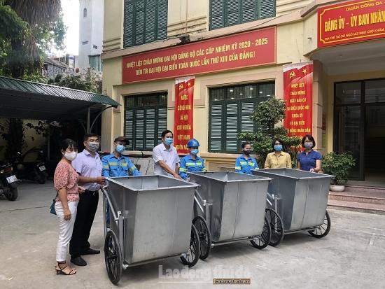 Phường Trung Phụng tặng xe thu gom rác cho công nhân môi trường