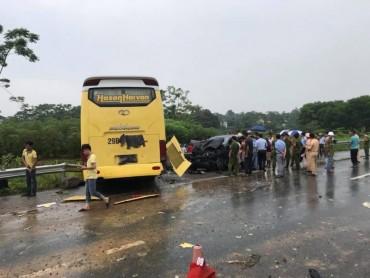Xe khách đối đầu xe con, 5 người bị thương