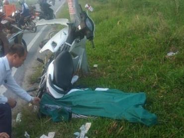 Xe máy đâm vào cột điện, một người tử vong