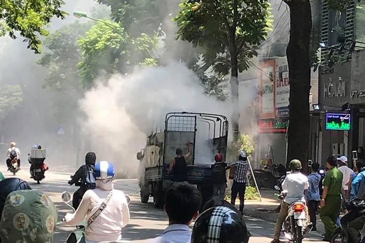 Ô tô tải chở sơn bất ngờ bốc cháy
