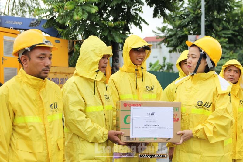 Chia sẻ, động viên công nhân thoát nước Thủ đô giữa cao điểm mưa bão