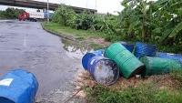 Tràn lan rác thải nguy hại trên Đại lộ Thăng Long