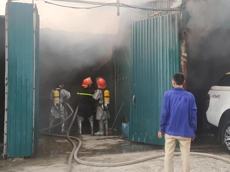 Cháy tại khu nhà xưởng bên đường Nguyễn Xiển, nhiều tài sản bị thiêu rụi