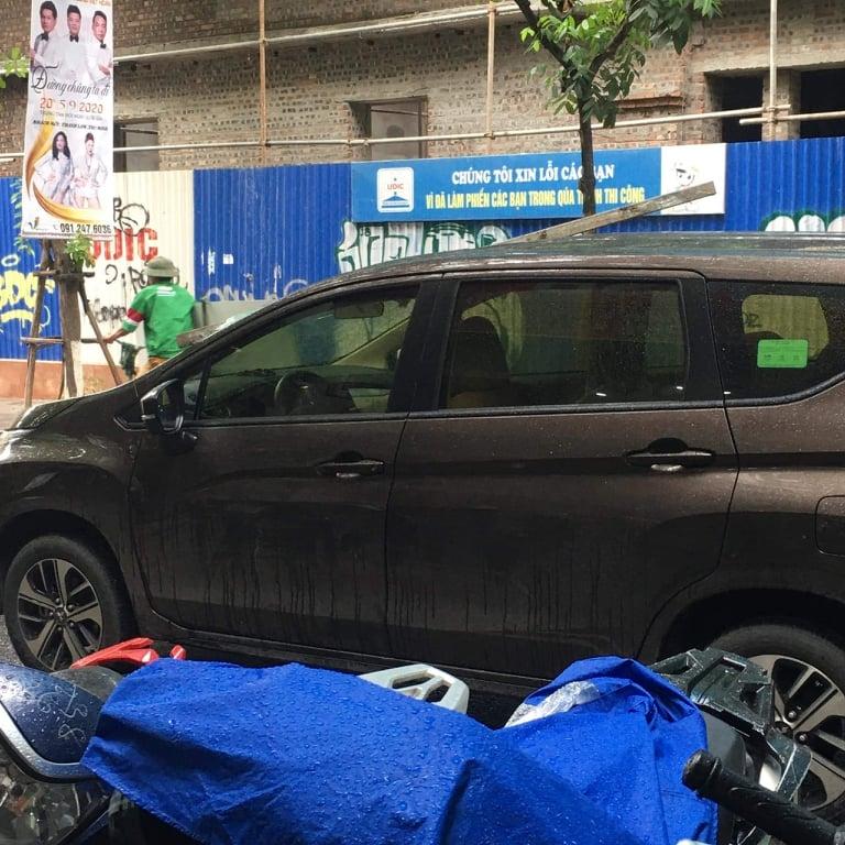 Hà Nội: Thanh sắt rơi từ công trình xây dựng đâm thủng nóc xe ô tô
