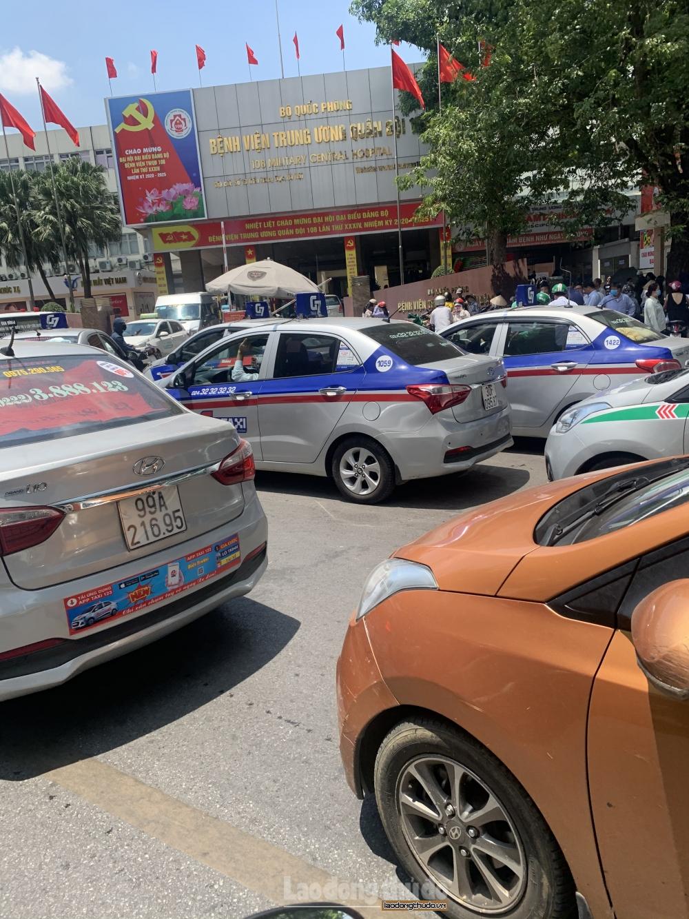 Cần xử lý nghiêm tình trạng taxi quây kín cổng Bệnh viện 108