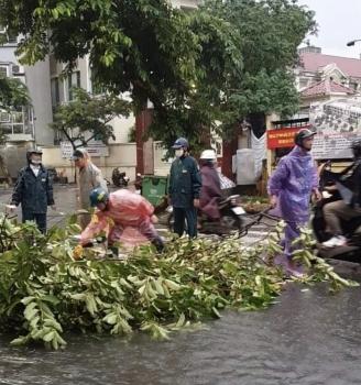 Hà Nội mưa lớn, nhiều tuyến phố nội thành ngập sâu