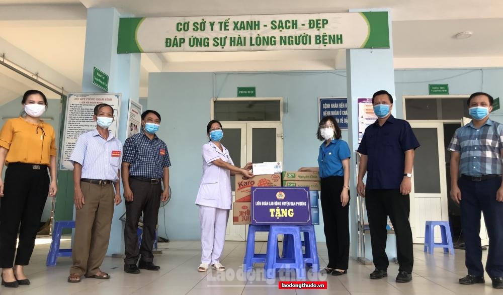Thăm, tặng quà hỗ trợ lực lượng y tế nơi tuyến đầu