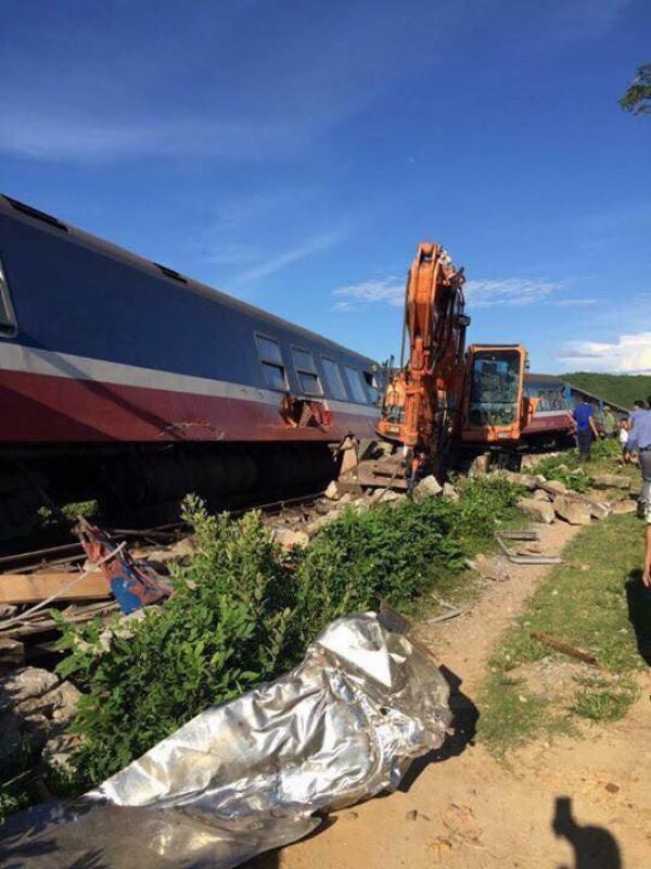 Va chạm với máy xúc, tàu SE3 trật bánh tại Quảng Bình