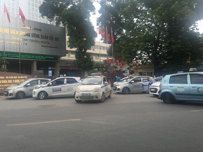 Xe taxi 'quây' kín cổng Bệnh viện 108