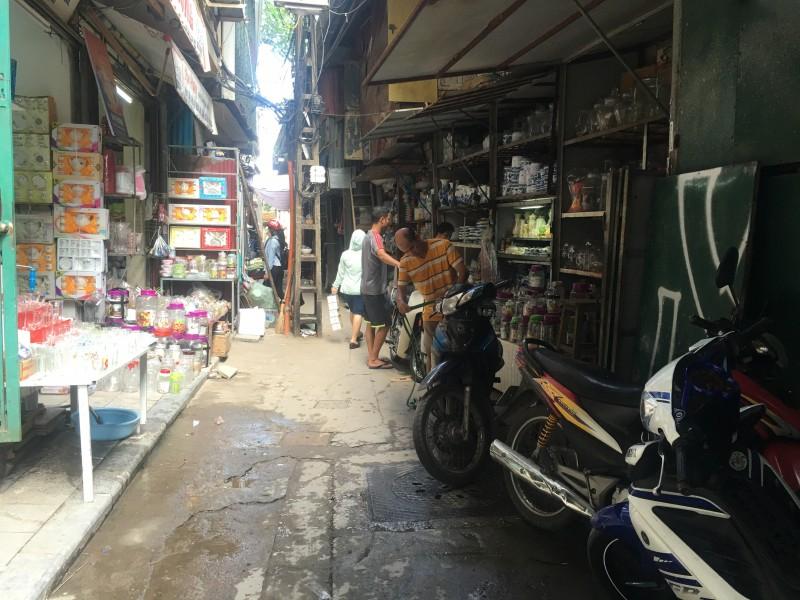 Cận cảnh sinh hoạt của người dân bên gầm cầu cạn Long Biên
