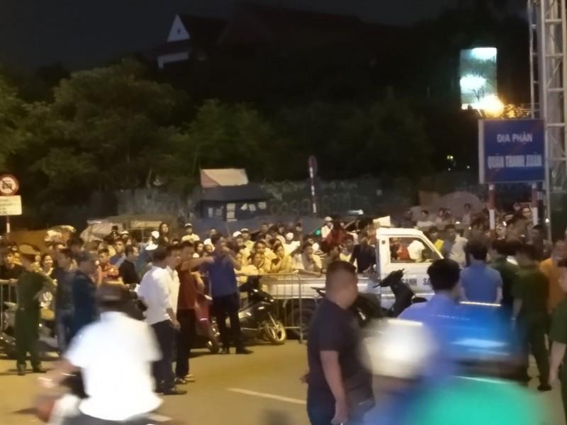 """Hà Nội: Thanh sắt """"trên trời"""" khiến hai người đi đường thương vong"""