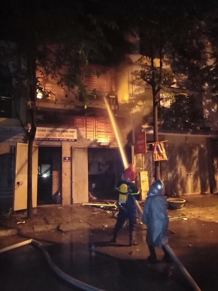 Hà Nội: Cháy lớn giữa đêm, 4 người thoát nạn trong gang tấc