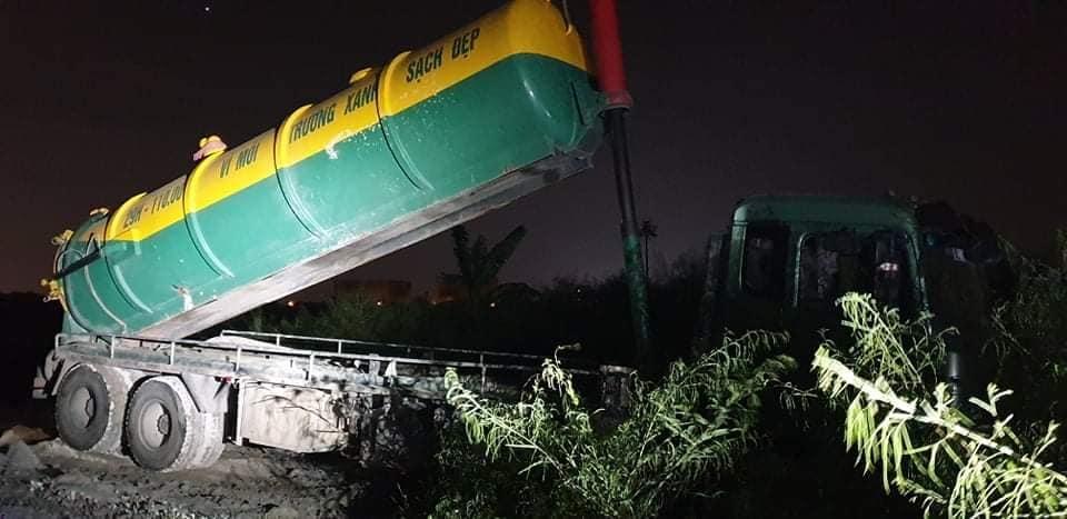 Bắt quả tang hai phương tiện đổ trộm phân bùn trên Đại lộ Thăng Long