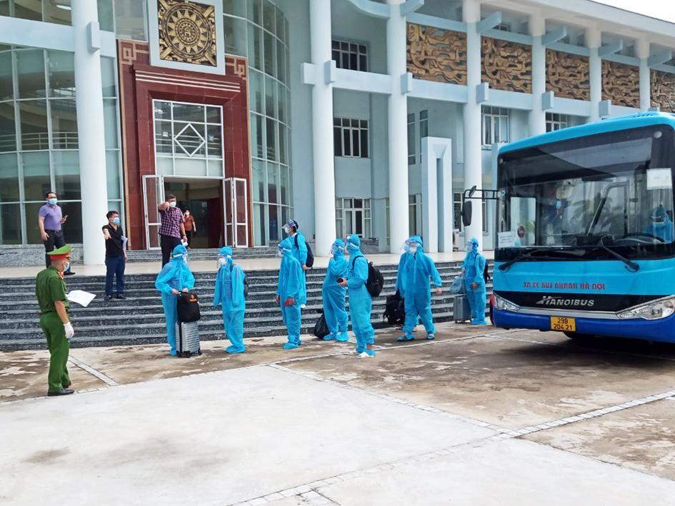 Người dân phường Thanh Xuân Trung phấn khởi trở về nhà sau khi hoàn thành thời gian cách ly