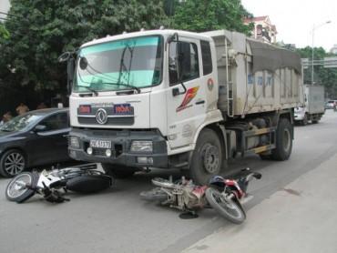 Xe tải 'nuốt' gọn xe máy trong giờ cao điểm