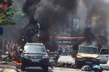 Xe taxi phát nổ giữa phố, hai người tử vong